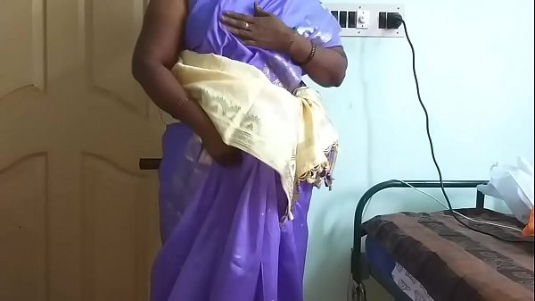 देसी भाभी अपनी साड़ी उठाकर झाटों वाली चूत दिखाती...