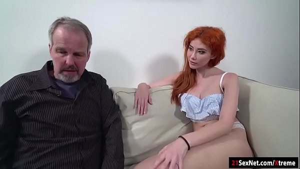 Чпокает рыженькую девицу на диване