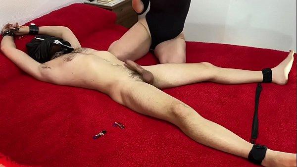 Jesussanchezx está atado y amordazado pero no lo pasa nada mal porque pamela sanchez está haciéndole una mamada nivel experta hasta que le saca toda su leche de su gran Polla sin piedad