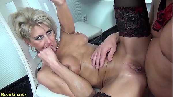 Szexi magyar szőke fekete harisnyás anyuka nagy farkú pasival szexel