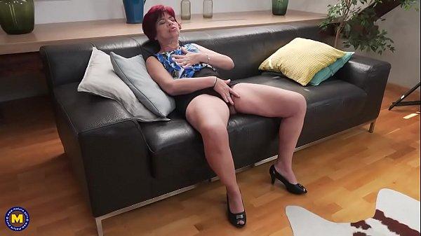 Mujer se masturba su vagina peluda