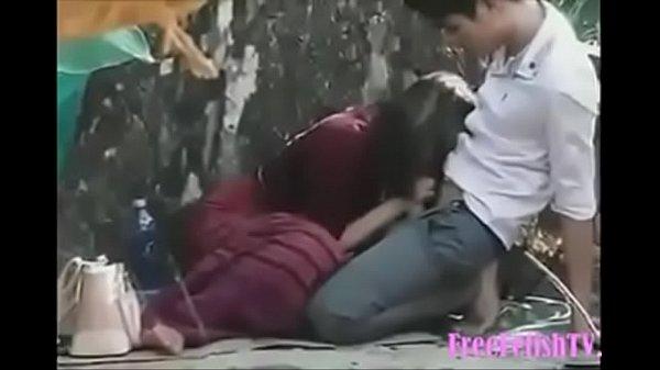 Szexi amatőr roma csaj nagy farkú pasijával a parkban szexel