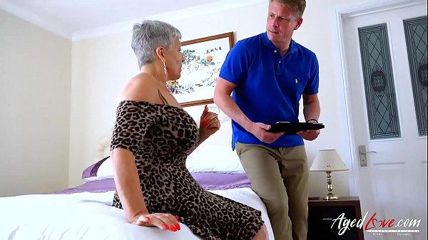 Szexi rövid hajú idős anyuka nagy faszt szopja