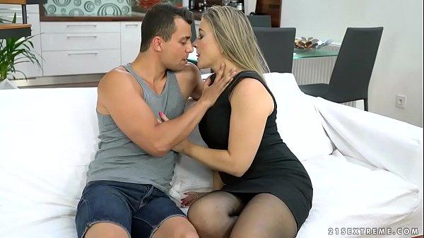 Valéria szexi szőke szőrös puncis fekete harisnyás csaj nagy farkú pasival szexel