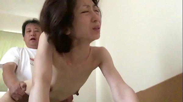 生まれたままの姿でセックスに没頭する熟年妻美由紀