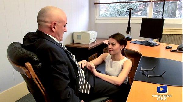 La secrétaire se fait baiser par son patron
