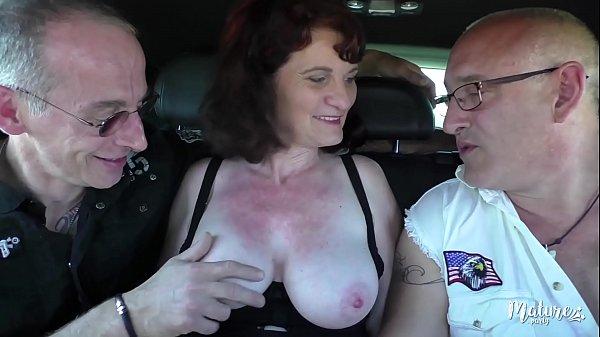 Nathalie, mature affamée fait un trio avec son ...