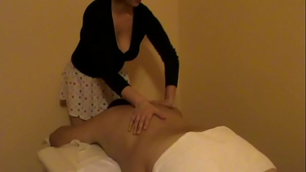 Radics Elena haciendo masaje relajante sobre la...