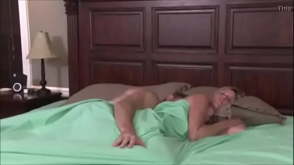 Me quedo a dormir con mi madrastra y terminamos follando VIDEO COMPLETO