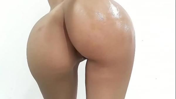 Culona se pone aceite en las nalgas y muestra todo su ano