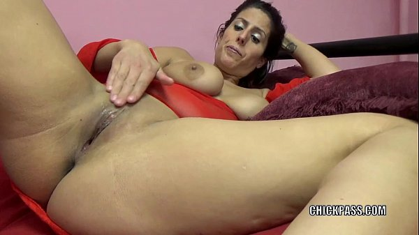 Horny MILF Lavender Rayne is playing with her t...
