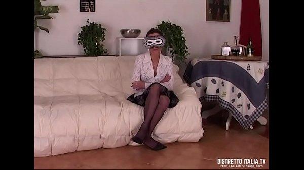 Mariagrazia commessa di un negozio si mette in mostra per far vedere quanto le piace essere esibizionista e zoccola  thumbnail