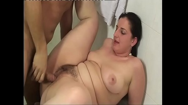 Real sex! A guy bangs a chubby girl in the bath...
