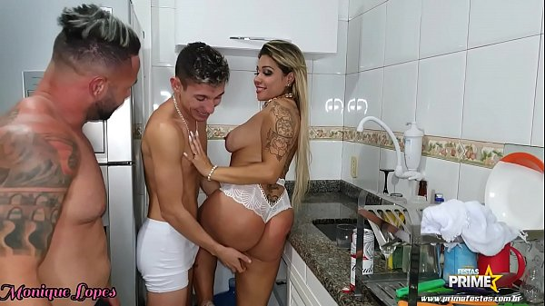 Marido faz Churrasco e Amigos comem Esposa na C...