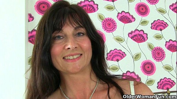 English milf Lelani loves stuffing her mature pussy