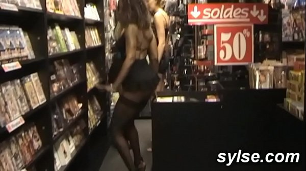 3 MILFs partouzent au sexshop avant une orgie l...