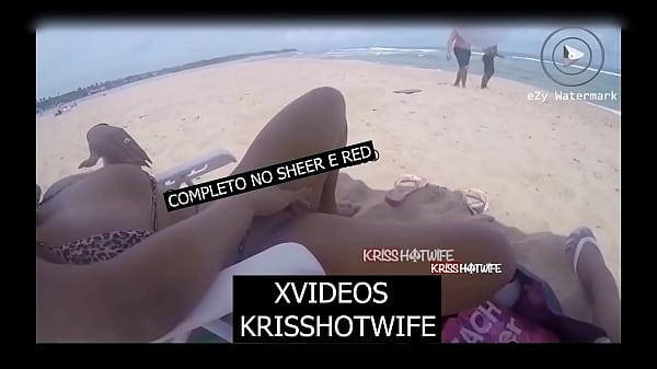 Kriss Hotwife é Abordada Por 2 Desconhecidos Na Praia Enquanto Se Masturbava