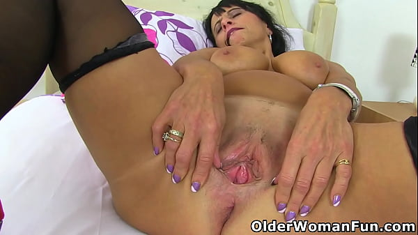British milf Raven plays with her fuckable pussy