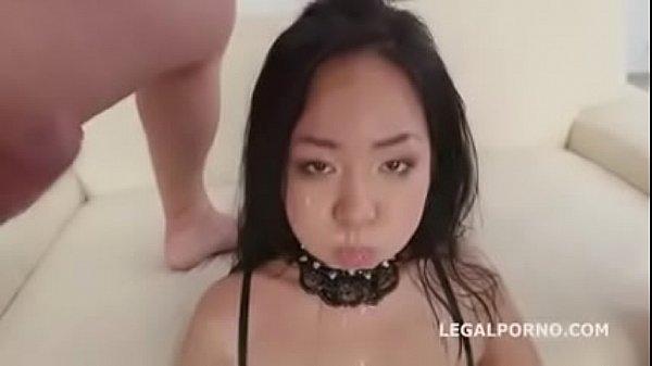 Szexi fekete harisnyás ázsiai csaj több nagy farkú pasival pisi szexel