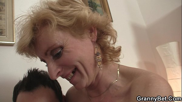 Young guy picks up mature blonde for play Thumb
