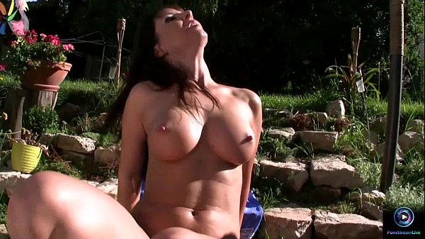 Maria Bellucci teases in the garden nude Thumb