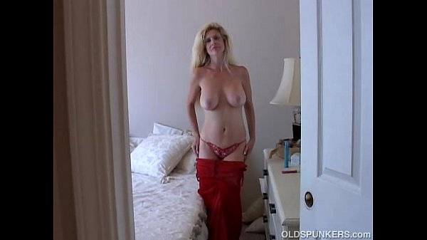 Super sexy old spunker loves to fuck her juicy ...