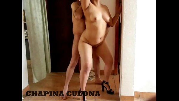 Culona puta de guatemala usada como golfa. Me enseña su culote grande, mama verga , pide anal y le hago doble penetracion. y la perra quiere mas y la chimo paradita