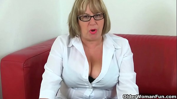 British gilf Alisha loves vibrating her clit wi...