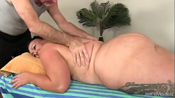 Fat Honey Calista Roxxx Gets a Massage and a Di...