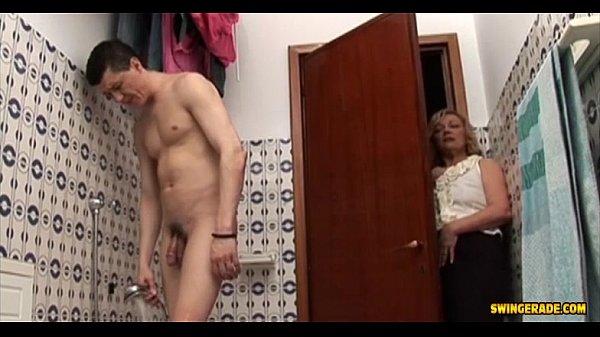 ป้าสาวใหญ่เจอหลานหนุ่มกำลังอาบน้ำ เห็นควยใหญ่ๆเกิดอารมเงี่ยนเลยชวนมาเย็ดบนโซฟา- 32 Min