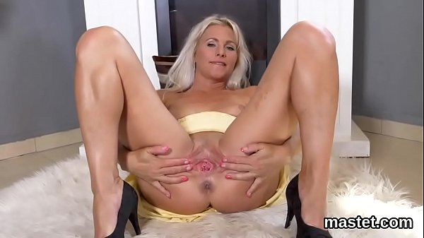 Frisky czech sweetie gapes her spread quim to t...