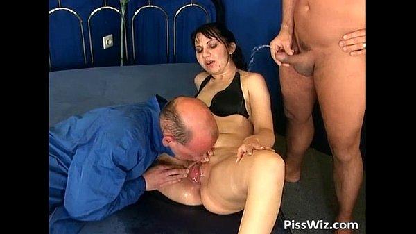 Moeder wordt door haar man en broer geneukt en onder gepist