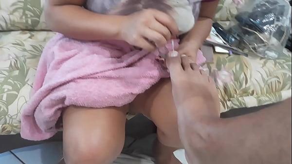 Manicure Finalizando o pe de el toro de oro e oferecendo a bucetinha
