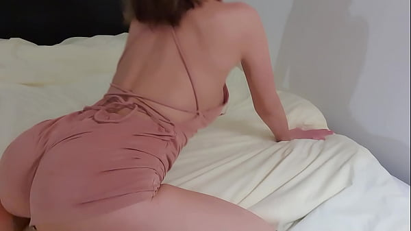 Ass shaking on the bed