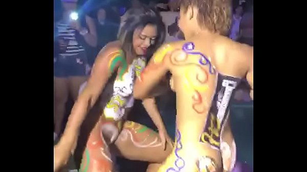 Carnival 2018: Two Hot Girls Painted Their Body and Stayed Peladinhas Dancing Axé