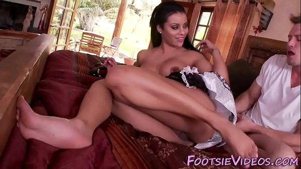 Babe gets tat feet jizzed