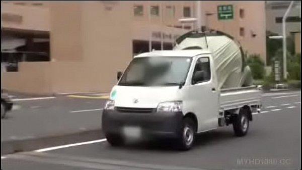Momo Ichinose in car