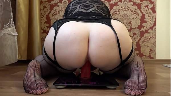 Mature bbw masturbates with a rubber dick in a ...