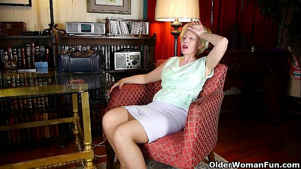 Nyloned business women Kali and Dalny need to g...