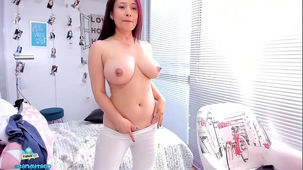 sexy-milf-show-nguc-khung
