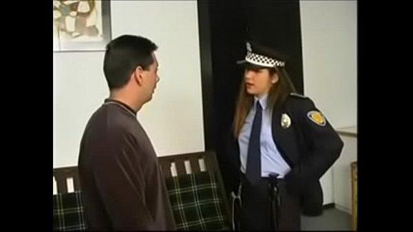 Pagando multa a la oficial de transito