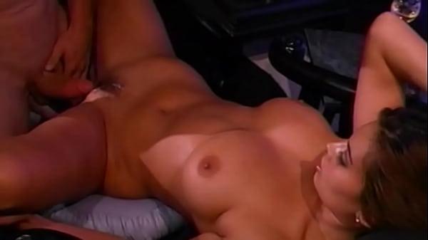 Tera Patrick, méga pornstar des années 90s, se fait baiser la chatte par un gros bâton !