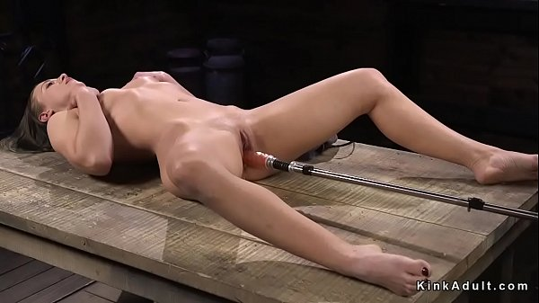 Babe gets fucking machine in squirting pussy