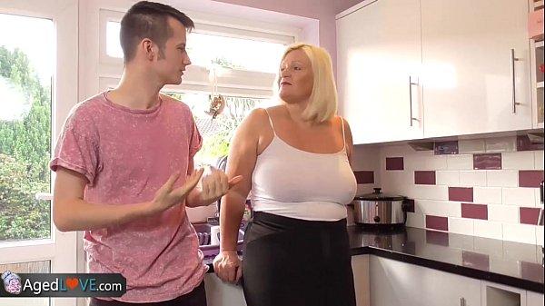Szexi nagy cicis duci szőke anyuka nagy farkú fiával szexel