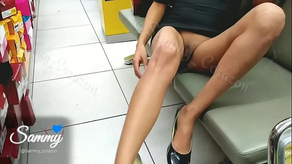 AMATEUR TEEN WITHOUT PANTIES IN THE MALL