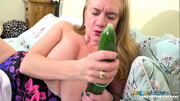 EuropeMaturE Solo with Classic Cucumber Sextoy