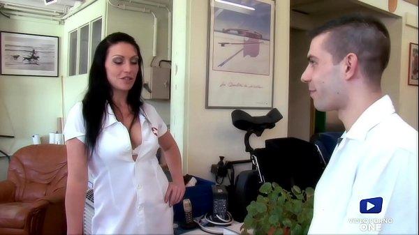Cette infirmière coquine sait comment détendre ...