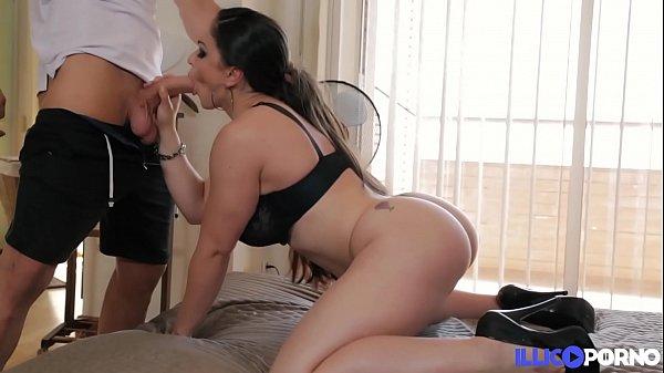 Marta fait un sexy ménage pour avoir le droit à une bonne bite