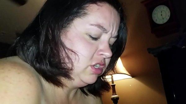 Szexi fekete hajú duci csaj szopja a nagy faszt
