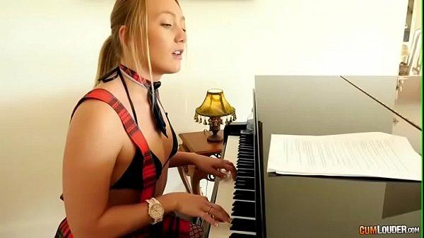 Colegiala tocando el piano - Aj Applegate